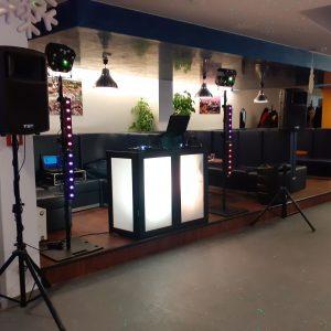 Surenkamas DJ stalas. 137x60cm., aukštis 1m.